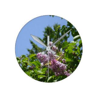 Fjäril på lila Bush Rund Klocka