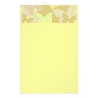 Fjärilar i gulnar brevpapper