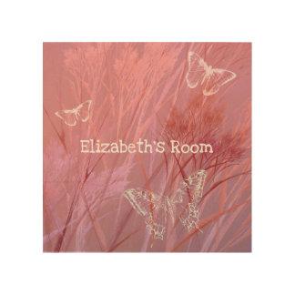 Fjärilar i rosa purpurfärgade en flicka för äng trätavla
