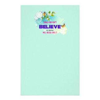 Fjärilar och blomman blomstrar med magiskt brevpapper