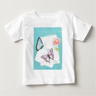 Fjärilar och rosa rosvattenfärg tshirts