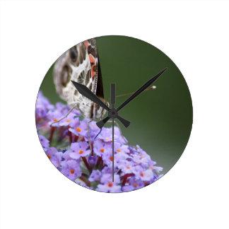 Fjärilsväggen tar tid på rund klocka
