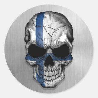 Flagga av Finland på en grafisk stålsättaskalle Runt Klistermärke