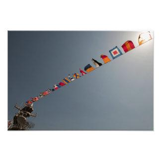 Flaggor flyger över däcket av USSet Iwo Jima Fototryck
