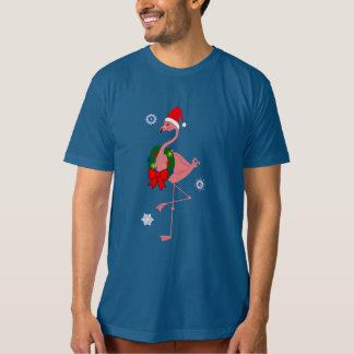 Flamingo med den Santa hatten och julkranen Tee Shirt