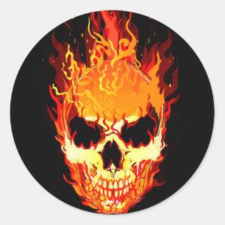 Flammande skalleklistermärke runt klistermärke