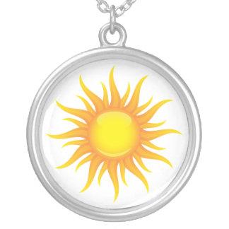 Flammande sol på ett halsband för