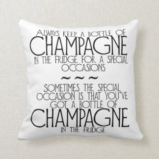 Flaskan av champagne i kylen formulerar kudder kudde