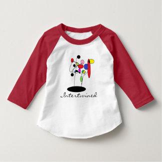Flätat samman t-shirts