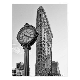 Flatiron byggnad och tar tid på i svartvita 2 vykort
