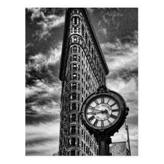 Flatiron byggnad och tar tid på i svartvitt vykort