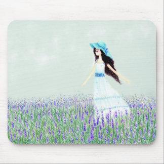 Flicka i fält av lavendelar mus mattor