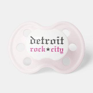 Flicka nappar för stad för Detroit sten