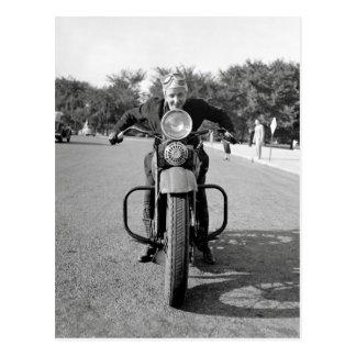 Flicka som rider Motorcykel, 1937 Vykort