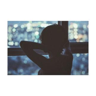Flicka som tittar ut ur henne fönster canvastryck