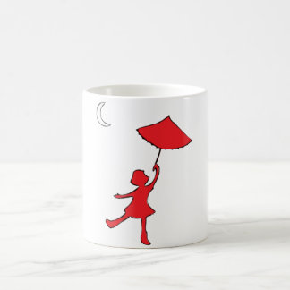 Flickadans med henne paraply kaffemugg