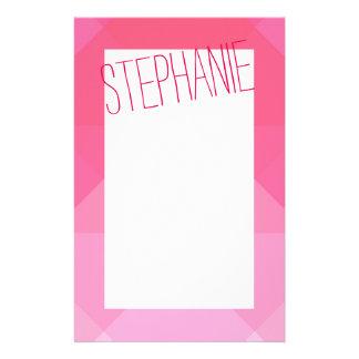 Flickaktigt flickaktigt rosa geometrisk brevpapper