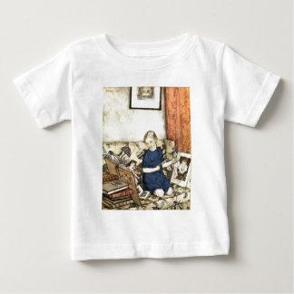 Flickaläsning som syr broderiskjortan tröja