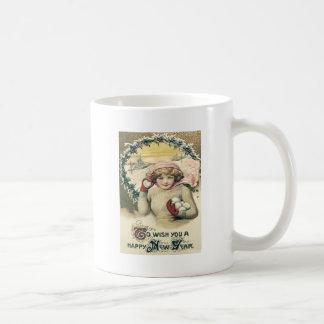 Flickan kastar snöboll snöjärnekkranen kaffemugg