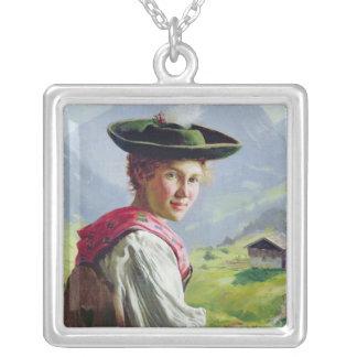 Flickan med en hatt i berg landskap silverpläterat halsband