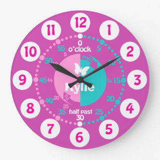 Flickor lärer att berätta tid som det rosa stor klocka