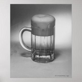 Flödande över ölexponeringsglas poster