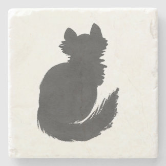 Fluffig svart kattunge underlägg sten