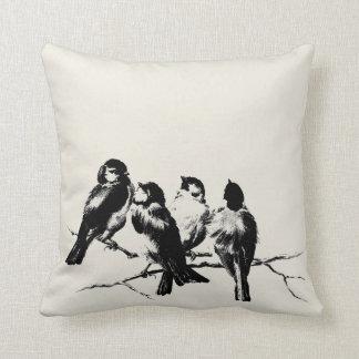Fluffiga fåglar för vintage på gren kudde