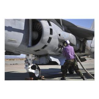 Flyg tankar teknikerbilagor som en tanka fodrar foton