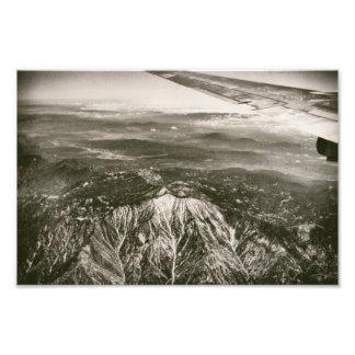 Flygplan över snöig den sköt bergantennen fototryck