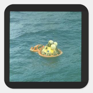 Flyta på sea_Space Fyrkantigt Klistermärke