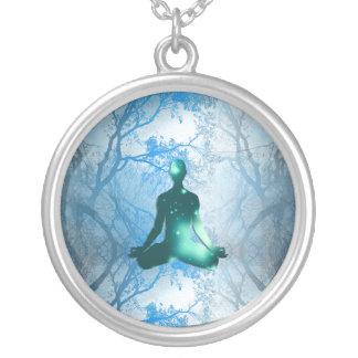 Flyta yogien i träden (blått) silverpläterat halsband