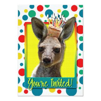 Födelsedagmuffin - känguru 12,7 x 17,8 cm inbjudningskort