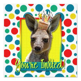 Födelsedagmuffin - känguru fyrkantigt 13,3 cm inbjudningskort