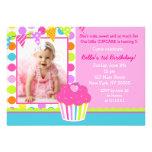 Födelsedagsfest inbjudan för regnbågemuffinfoto