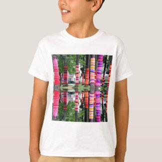 Fodrar den LYCKLIGA JORDENS DAG dekorerade TRÄD - Tshirts