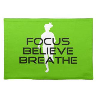 Fokusera tro andas gröna rinnande sportar bordstablett
