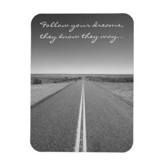 Följ dina drömmar - långt rakt vägfoto magnet