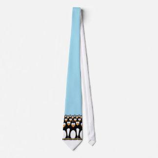 Folkmassa av roliga tecknadpingvin på snö slips