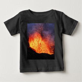 Fontänen av varm lava får utbrott från t shirts