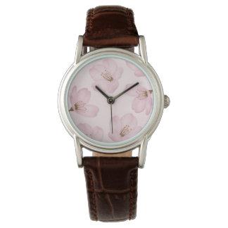 För blommarbrunt för vattenfärg rosa körsbärsröd