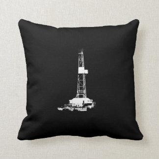 För borranderigg för vit olje- Silhouette på svart Kudde