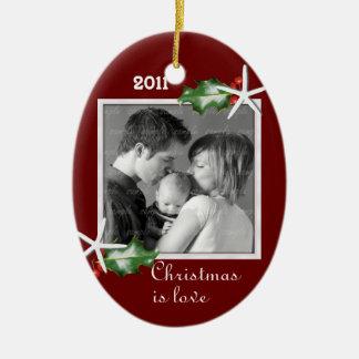 För familjfoto för järnek och för sjöstjärna röd ovalformad julgransprydnad i keramik