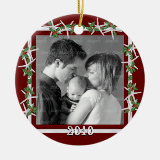 För familjfoto för järnek och för sjöstjärna röd rund julgransprydnad i keramik