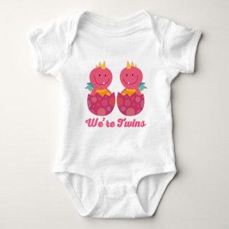För flickadrakar för twillingar identisk t-shirts