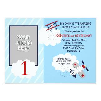 För flygplan röd flygare lite/blåttfotofödelsedag 12,7 x 17,8 cm inbjudningskort