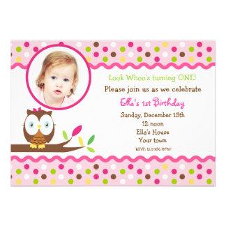 För fotoanpassningsbar för uggla gulliga födelseda kort för inbjudningar