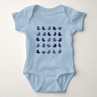 För gulliga ljus gladlynt pojke tecknadblått för tee shirt