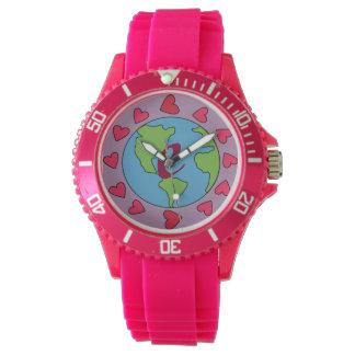 För hjärtajord för rosa personlig initial klocka