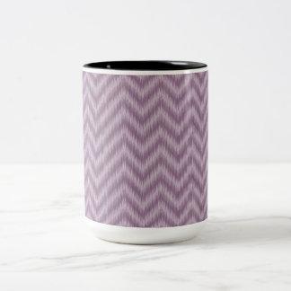 För Ikat för vintage purpurfärgad lila sicksack Två-Tonad Mugg